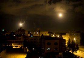 """18-Jul-2014 7:01 - """"HEVIGE GEVECHTEN IN GAZA"""". In de beginfase van het Israëlische grondoffensief in #Gaza zouden acht Palestijnen zijn omgekomen, onder wie ook een drie maanden oude baby. Dat hebben Palestijnse artsen gezegd tegen het Amerikaanse persbureau AP. Israël begon gisteren met het offensief. Duizenden militairen trokken over de grens met Gaza om raketinstallaties van Hamas onklaar te maken en de tunnels tussen Gaza en Israël te vernietigen. Volgens een woordvoerder van het..."""