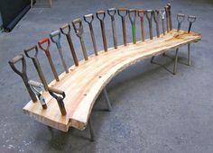 Shovel-handled wooden bench - very creative! Spaten und altes Werzeug sammeln und damit eine ausgefallene Gartenbank bauen. #Spatenbank