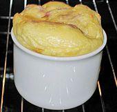 Rührei aus dem Backofen : 2Eier,1 EL Feta,2 TL Milch,Fett,Salz,Pfeffer,Schnittlauch Die Eier mit der Sahne/Milch verquirlen. Den Feta-Käse reinbröseln und würzen. Eine Tasse oder kleines Auflaufförmchen leicht einfetten und die Eimasse hineingeben (die Tasse nicht mehr als dreiviertel füllen, da die Eimasse aufgeht).Im Backofen bei 180 Grad (160 Grad Umluft) ca. 10 - 15 Min. stocken lassen. Mit Schnittlauch bestreuen und servieren.