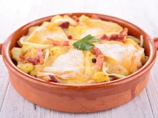Tartiflette au reblochon, une recette au fromage traditionnelle avec des oignons et des petits lardons pour régaler toute la famille #recettesavoyarde #savoie #fromage #reblochon #marmiton