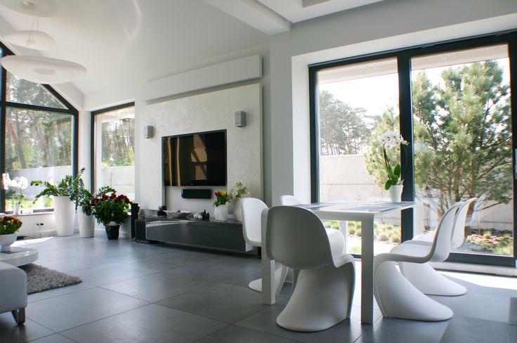 Duży otwarty salon z widokiem na ogród i ogromnym kominkiem/ Large open living room with garden view and hudge fireplace in it