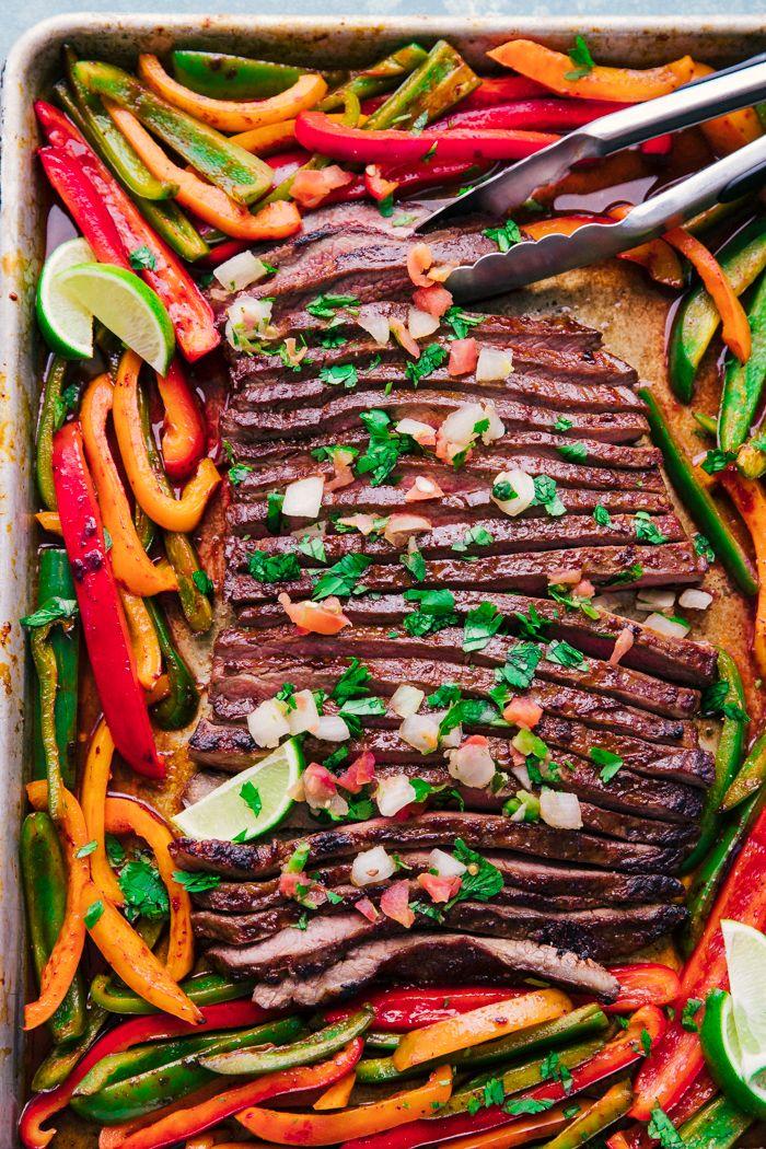 Sheet Pan Steak Fajitas sind die perfekte Mahlzeit unter der Woche. Saftiges Flankensteak …