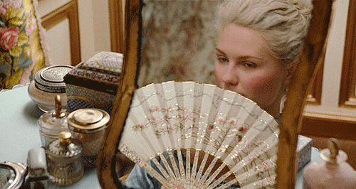 25 objetos de filmes que gostaríamos de roubar  13. A penteadeira de Maria Antonieta Apenas a penteadeira mais maravilhosa dos filmes. Aliás, a gente queria roubar TUDO desse filme lindo. Inclusive este leque! ;)