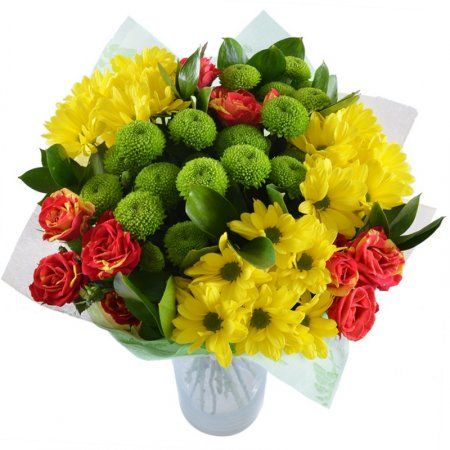 Одного взгляда на этот жизнерадостный букет достаточно, чтобы настроение улучшилось, а на губах появилась счастливая улыбка. Прелестное сочетание алых кустовых роз, ярко-желтых ромашковых и зеленых хризантем сантини способно творить чудеса.