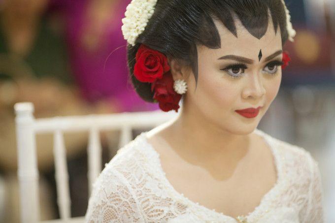 Beautiful bride in Javanese wedding dress | An Elegant Traditional Wedding In Yogyakarta | http://www.bridestory.com/blog/an-elegant-traditional-wedding-in-yogyakarta