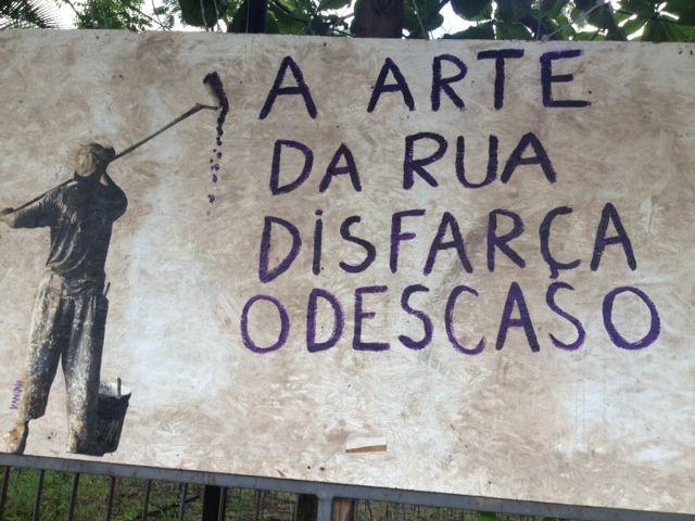 http://olheosmuros.tumblr.com/ A arte da rua disfarça o descaso Rua Felipe Schmidt, Centro, Florianópolis, SC.  Foto enviada por Carol Troppmair.