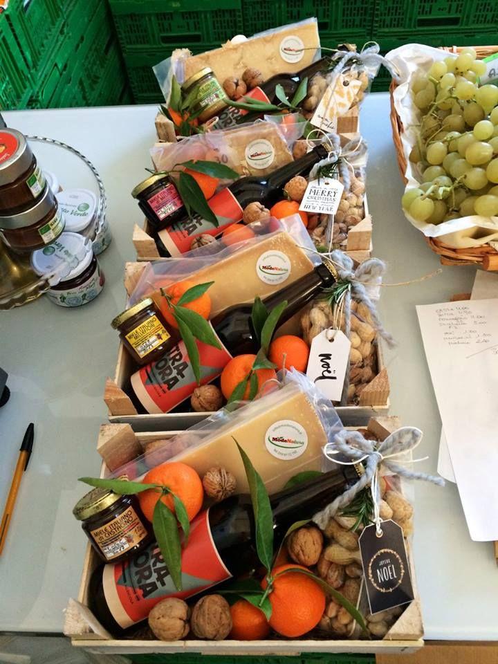 Salse, sughi, confetture, frutta secca, miele, formaggio, birra Stradora... di tutto e di più per i vostri regali! Confezioniamo ceste regalo di varie dimensioni personalizzabili secondo le vostre preferenze.