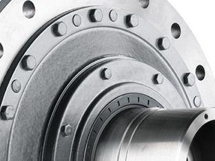 FLENDER SIP® Planetengetriebe bietet Ihnen ein Spektrum dauerfester, zuverlässiger und fein abgestufter Getriebelösungen von 10.000 bis 80.000 Nm. Die Serie besticht sowohl durch den hochintegrierten Planetengetriebemotor als auch durch maximale Konformität mit allen internationalen Motorenstandards und bringt Qualität und Leistung in ein vernünftiges Verhältnis zu Lebenszykluskosten und Preis.