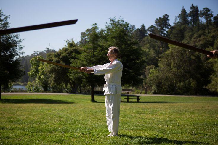 米国で学ぶ武道エクササイズ「新体道」  動きの中に瞑想を取り入れた武道エクササイズ「新体道」を米カリフォルニア州で学ぶ人々の様子をのぞいてみた。デルク・リチャードソンさん(66)は毎週土曜に2時間、日本人の青木真師範の指導を受けている。