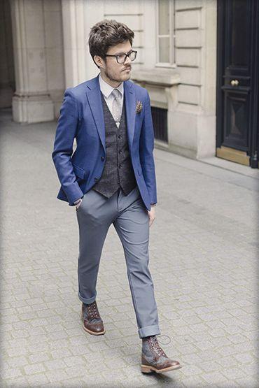 Florian, membre de l'équipe BonneGueule, assorti notre pantalon technique avec des pièces formelles. Le blazer à la couleur bleue est apaisée par le gris du pantalon. On remarque que l'association d'une chemise, cravate et gilet passe très bien et donne même le côté élégant de l'ensemble. La paire de Marc Mcnairy vient terminer ce look de saison.