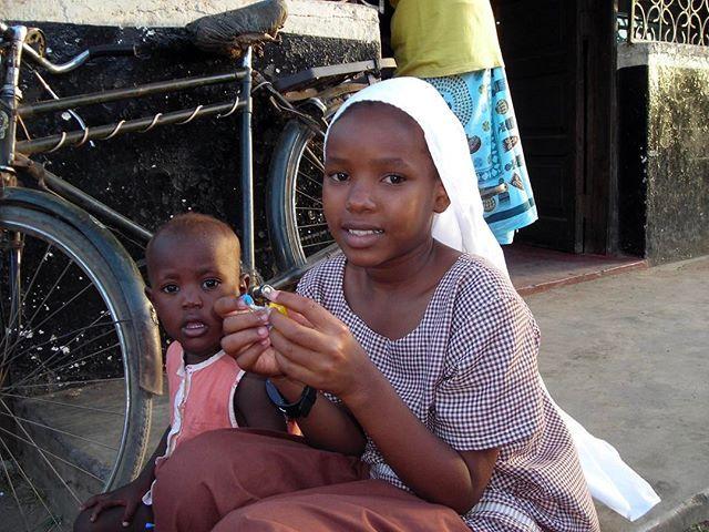 MALINDI / Kenya 🇰🇪 Due dolcissimi bambini che giocavano per strada. Io passeggiavo e scattavo timidamente foto tra le abitazioni private. Non dimenticherò mai che poco dopo una ragazza mi ha inseguito, mi ha toccato la spalla e quando mi sono girata mi ha sorriso e regalato una banana 🍌, il suo benvenuto mentre io credevo di essere stata invadente... #lifeisawonderfultrip #kenya #viaggi #avventura #bambini #child #trip #travel #africa #adventure #people #photooftheday #reportage…