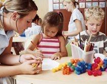 Le CAP petite enfance marque la reconnaissance professionnelle des agents spécialisés des écoles maternelles (ATSEM). Leur contribution à la mission éducative est ainsi affirmée. En effet, conformément aux dispositions relatives à l'exercice de cette profession accessible par voie de concours, les candidats doivent  justifier du CAP de la petite enfance.