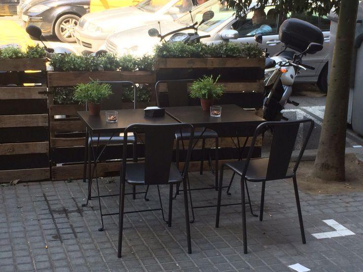 Mesa plegable de dadra con silla rochelle apilable en for Sillas para negocio