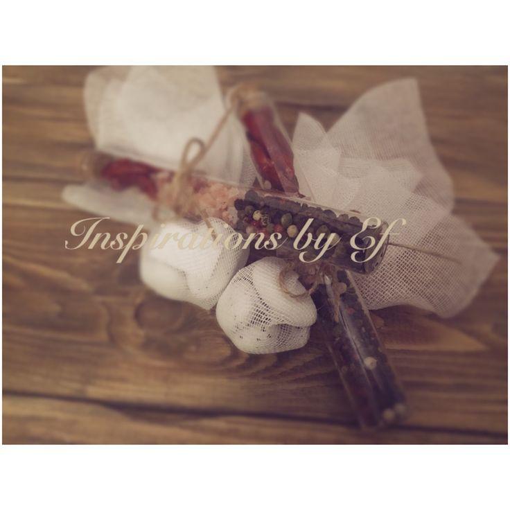 Μπομπονιέρα γάμου..γυάλινος σωλήνας με μπαχαρικά δεμένα με μαντήλι γάζας..