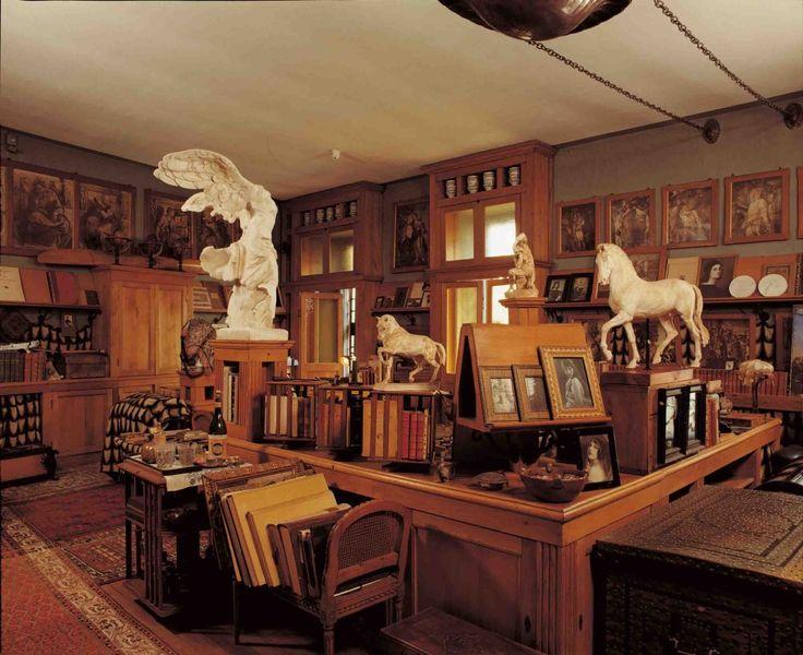 Lo studio personale di D'Annunzio è l'unica sala della prioria illuminata dalla luce del sole (foto di Biblioteca Vittoriale)