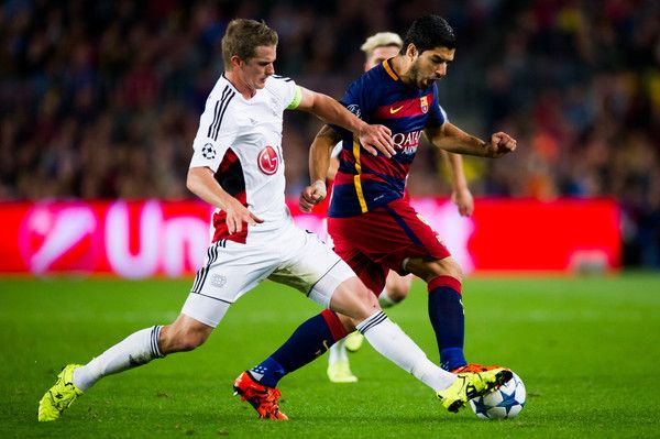 Luis Suarez of FC Barcelona (C) fights fot the ball with Lars Bender of Bayer 04 Leverkusen during the UEFA Champions League Group E match between FC Barcelona and Bayern 04 Leverkusen at Camp Nou on September 29, 2015 in Barcelona, Catalonia.