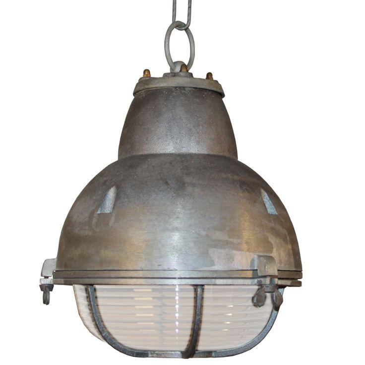Verandalamp Stoer. Dat is deze industriële hanglamp van ruw aluminium. Bedoeld voor buiten, bijvoorbeeld onder je veranda. Buitenlamp. Gratis bezorgd!