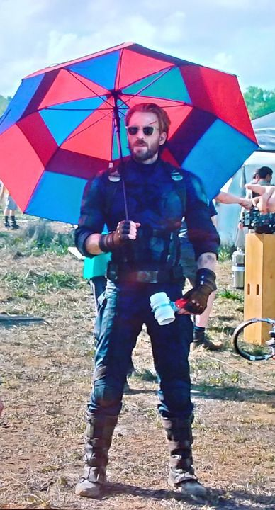 Of course Cap would have a red and blue umbrella…. @Russo_Brothers @ChrisEvans