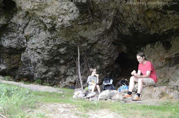 Manger dans une grotte pendant qu'il pleut dehors. Vive l'aventure ! – Juillet 2016