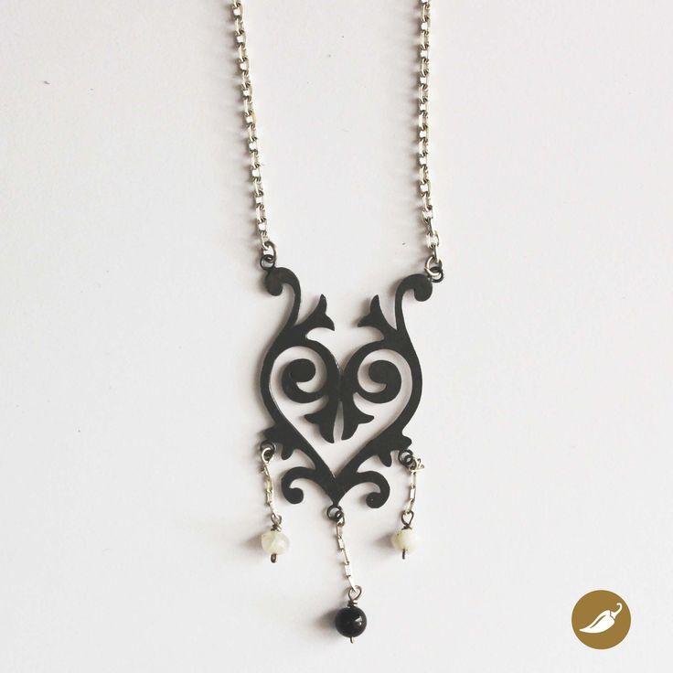 Collar de plata inspirado en el barroco Latinoamericano. Diseño de Soledad Ávila para tienda Ají, Diseño Imprescindible. www.tiendaaji.cl