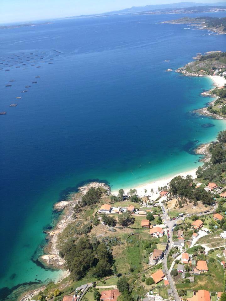 Areacoba, Bonita playa en el marco incomparable de la ría de Aldán, de aguas tranquilas y arena fina. Posee unas agradables vistas - Galicia