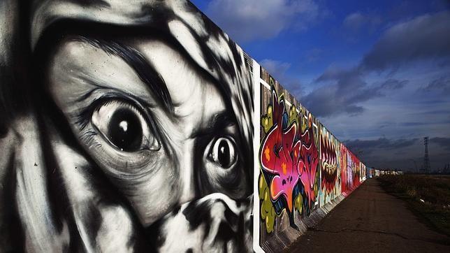 graffiti recorrido contención del río Támesis de Londres.   http://www.abc.es/20120913/cultura-arte/abci-graffiti-expresion-cultural-denuncia-201209130529.html