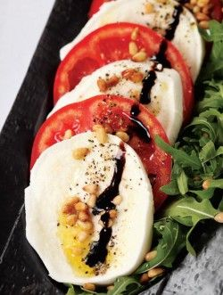 Моцарелла с помидорами и базиликом («Капрезе»)