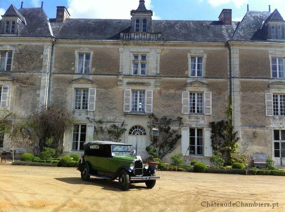 La voiture est avancée, la mariée et son père partent pour l'église. La Galerie du château de Chambiers est fin prête pour les accueillir à leur retour.  La saison des mariages est lancée.  http://www.chateauchambiers.com