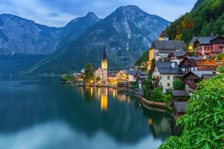 Hallstatt vesnice v Alpách za soumraku