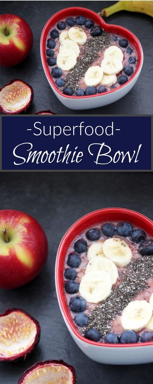 Leckere Smoothie Bowl mit Chiasamen, Banane, Blaubeere und vielem mehr. Gesunde Variante zum Frühstück mit Superfood
