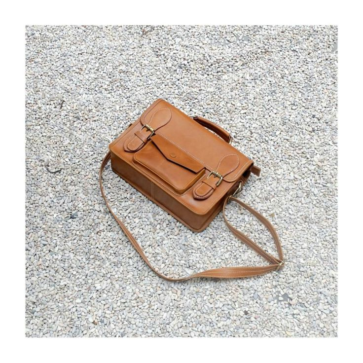 Leather messenger bag with pullup leather Ipad slot Phone slot 1 pocket outside Dimension 28cm x 20cm x10cm #midway #midwayid #craftedwithcare #indonesianleathergoods #messengerbag #leatherbag #postman