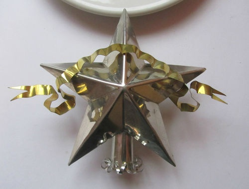 Offered on ebay is this RARE  STAR WITH BANNER CHRISTMAS TREE TOPPER. This piece was completely hand made by Bob Cukla, formerly of Hammer Song using 18th and 19th C. tools. The piece is made of hot dipped tin and has a brass banner.  The workmanship in this piece is FLAWLESS.Beautiful patina.  Sized for small to medium trees. Truly an American made heirloom piece by a master craftsman.  Copyright Stamped B. Cukla
