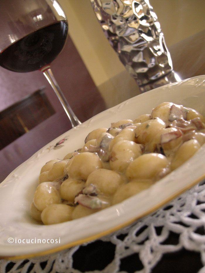 Gli gnocchi radicchio speck e gorgonzola sono un primo piatto gustoso, cremoso e facile da preparare.