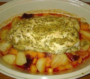 Dejlig saftigt og krydret kalkunbryst lavet i stegeso. Under almindelig tilberedning i ovn har kalkunen tendens til at blive lidt tørt. Men kalkun tilbedret i en stegeso forbliver saftig. Det store trick er lavere temperatur og længere tid i ovn. Hvis man godt kan lid at kødet har noget farve/skorpe, så tager du bare låget …