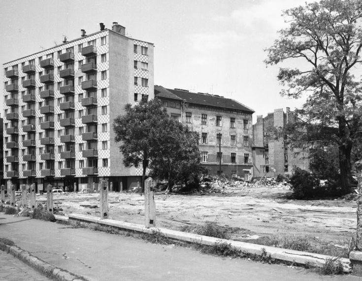 Tűzoltó utca, balra az Ernő utca és Mihálkovics utca közötti ház a Haller utca (Hámán Kató út) felől nézve. 1978