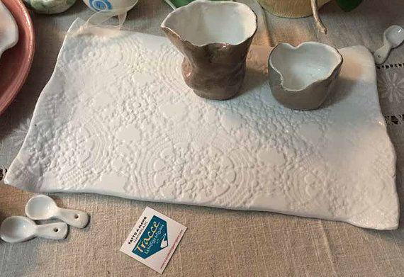 Vassoio pizzo ceramica smaltata bianca di TRACCEBOTTEGAARTIGIA