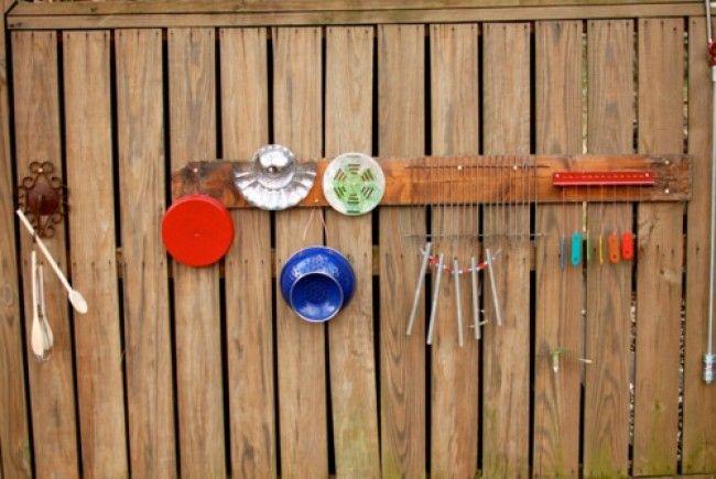 В основном это, конечно, идеи для отдыха в деревне, на даче и на море. 1.Music Wall Музыкальная стена со всякими гремелками и шумелками. В ход пойдут старые крышки, кастрюли, жестяные банки, ложки и любые предметы, с помощью которых можно издавать звуки. 2. Water Wall При помощи всевозможных…