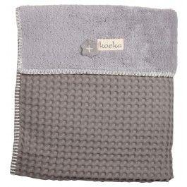 Deze Koeka wiegdeken Oslo is gemaakt van wafel en van binnen gevoerd met teddy. De deken Olso is in de wieg mooi te combineren met de diverse lakentjes van Koeka. De deken is ook in een minder dikkere variant te krijgen, dan is de deken gevoerd met flanel, deze deken heet Antwerp.