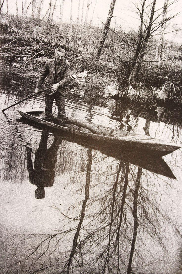 Contadino con il barchino che raccoglie legna da ardere.