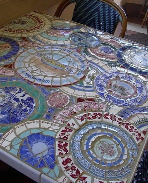 Mesa mosaico feita com pratos quebrados!