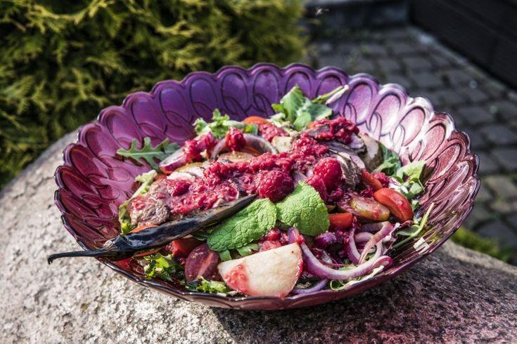 Sałatka z grillowaną kaczką, gruszką i sosem malinowym - Grill360