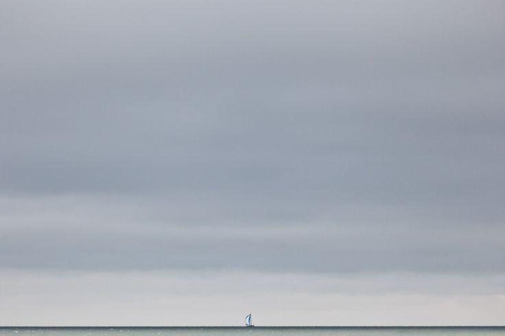 Liten seilbåt på et stort hav by Roald Synnevåg on 500px