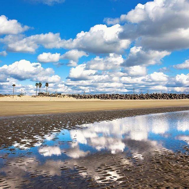 【rin_wakayama】さんのInstagramをピンしています。 《雲を反射させる為に、風が止むのをじっと我慢😣夏の積乱雲もいいですが冬の雲もいいですね😌 #磯の浦 #磯ノ浦 #和歌山 #和歌山市 #青 #浜辺 #写真好キナ人ト繋ガリタイ #写真撮ってる人と繋がりたい#写真好きな人と繋がりたい#ファインダー越しの私の世界#写真好#insta_wakayama #wakayamagram #東京カメラ部 #海 #波#リフレクション》