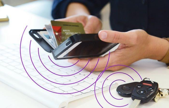 La coque portefeuille pour iPhone New Wallet connecte ensemble téléphone, clés et portefeuille pour toujours savoir où ces 3 objets sont.