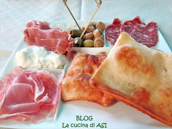 Una tipica ricetta bolognese la crescentine buonissime con affettato misto, formaggi , carciofini e ....chi più ne ha più ne metta!