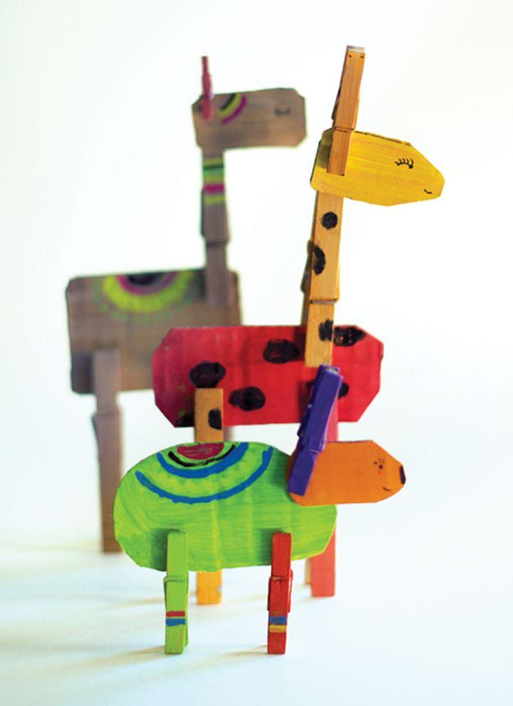 Kijk wat ik gevonden heb op Freubelweb.nl: een gratis werkbeschrijving van Little Monster om deze fantasiedieren te maken met wasknijpers en karton https://www.freubelweb.nl/freubel-zelf/zelf-maken-met-karton-en-wasknijpers-dieren/