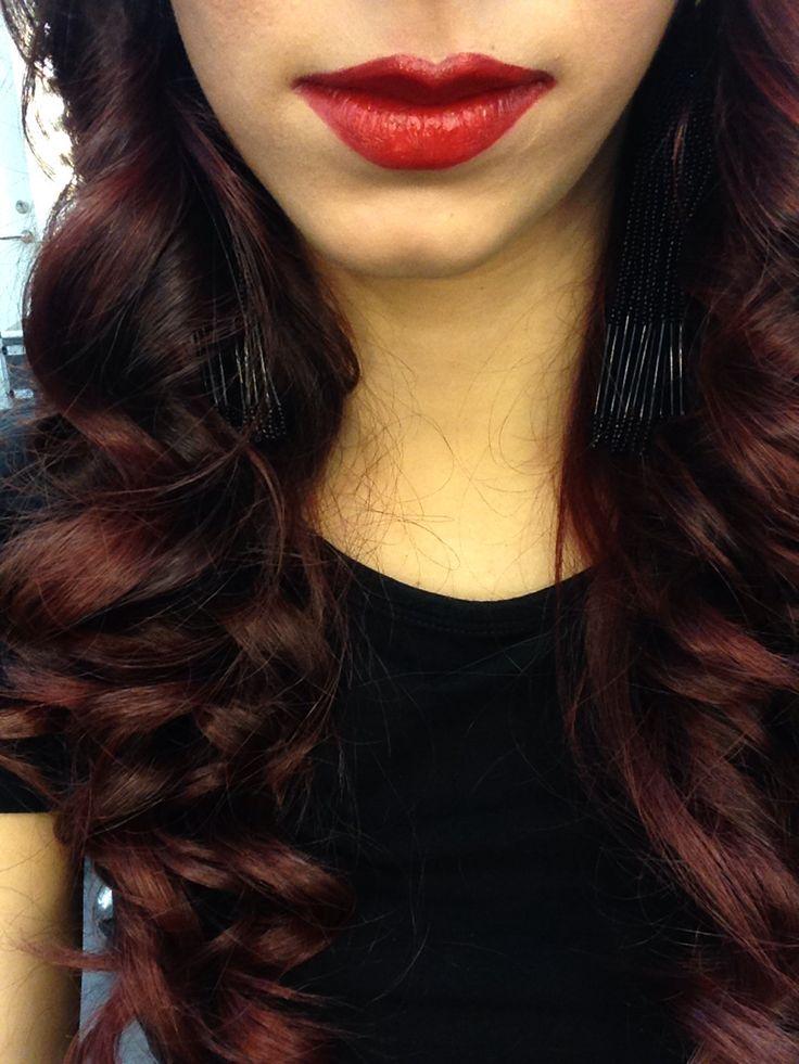 Lockigt hår och perfekta läppar