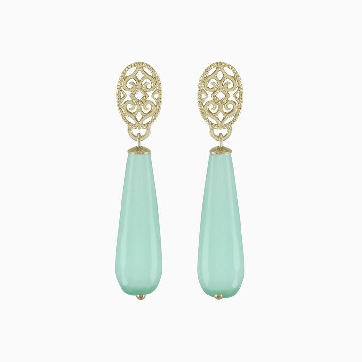 Slanke oorbellen met hanger in natuursteen en oorsteker van messing met laagje 18k goud. Deze oorbellen zijn ideaal om dagelijks door te dragen en zijn heel licht van gewicht.