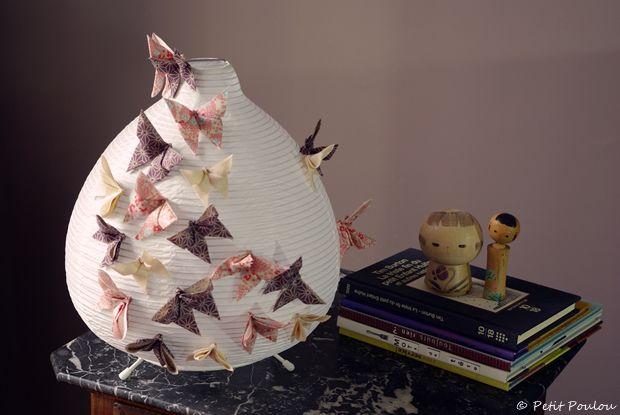 lampe en papier recouverte de papillons en origami