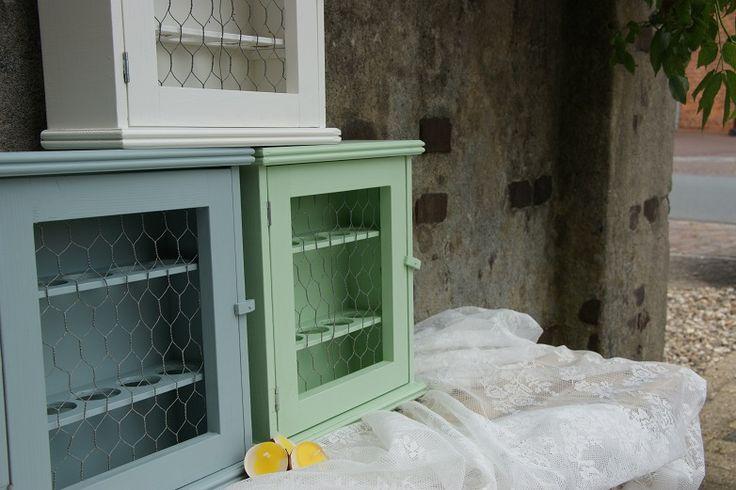Eierkastje gemaakt van hout met een deurtje van gaas  Kastje geeft door de afwerking in zachte